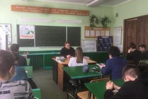 Священник делится с орловской молодежью секретами семейного счастья