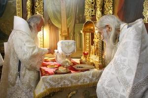 Владыка Тихон возглавил богослужения в Иоанно-Крестительском храме в день его престольного праздника